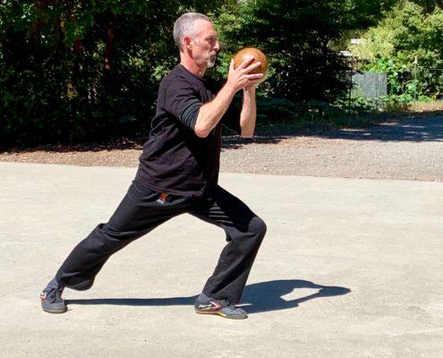 אימון חופשי עם כדור עץ - יאנג סטייל טאי צ'י