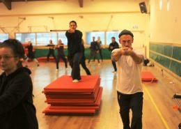 אמיר פרלמן מדגים עבודה עם מוט טאי צ'י במהלך סדנה
